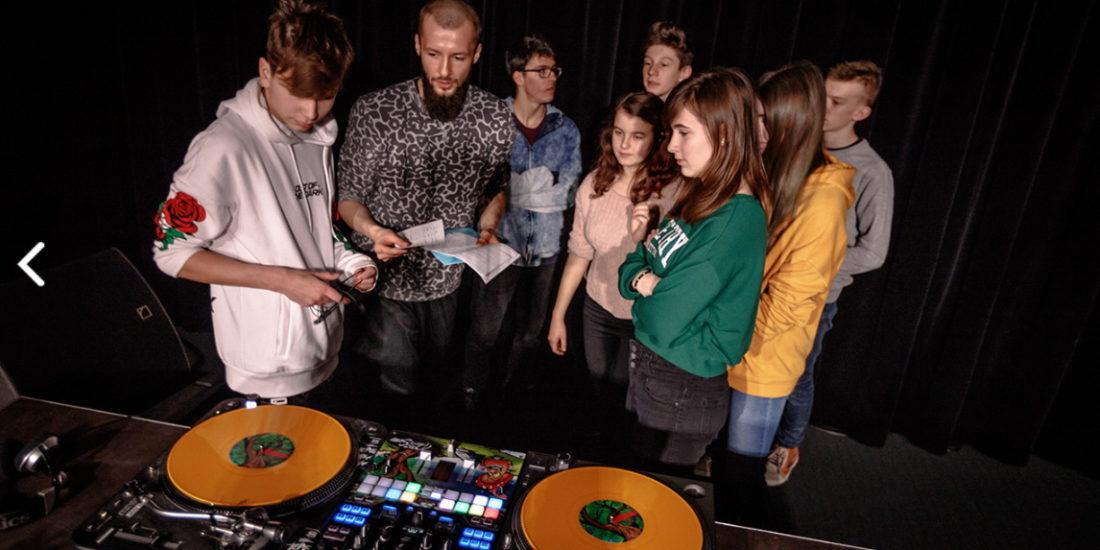 Dzieci na zajęciach w szkoła DJ w Opolu